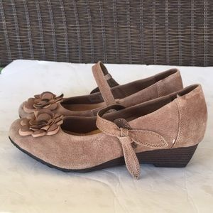 NWOT Earth Spirit Cream Suede Wedge Size:9